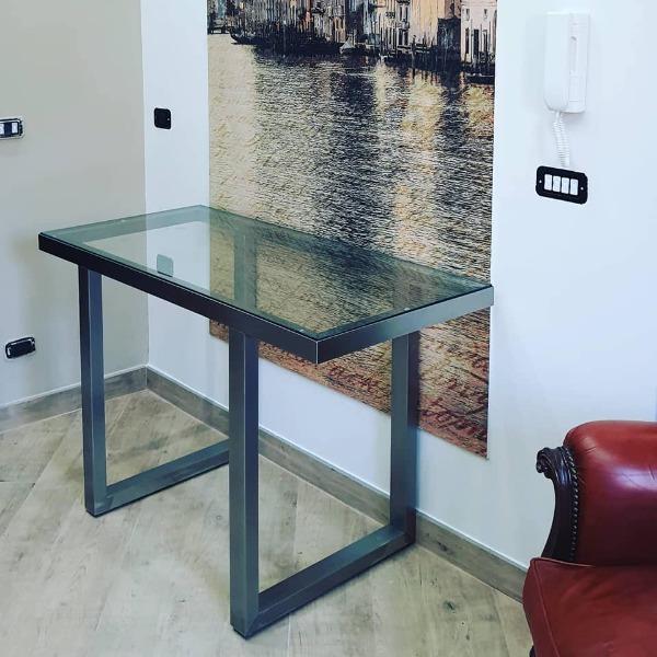 Tavolo in acciaio inox con vetro