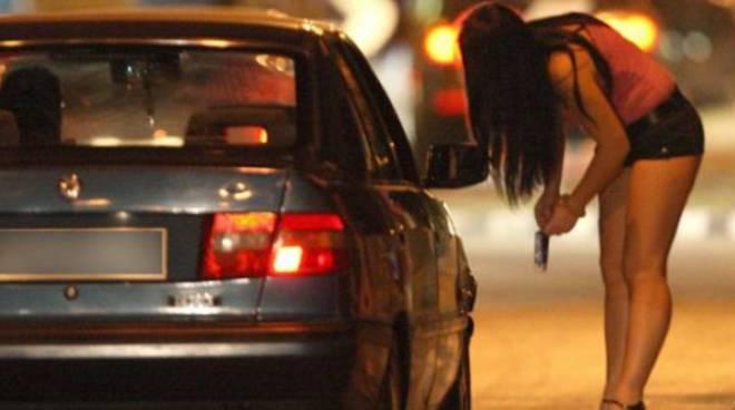Trovato in auto con una prostituta. Multa di 500 euro per lui