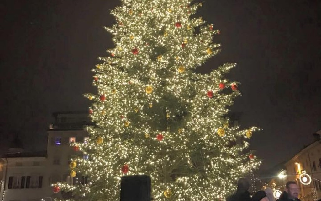 Angri, cade l'albero di Natale in piazza. Paura tra i presenti