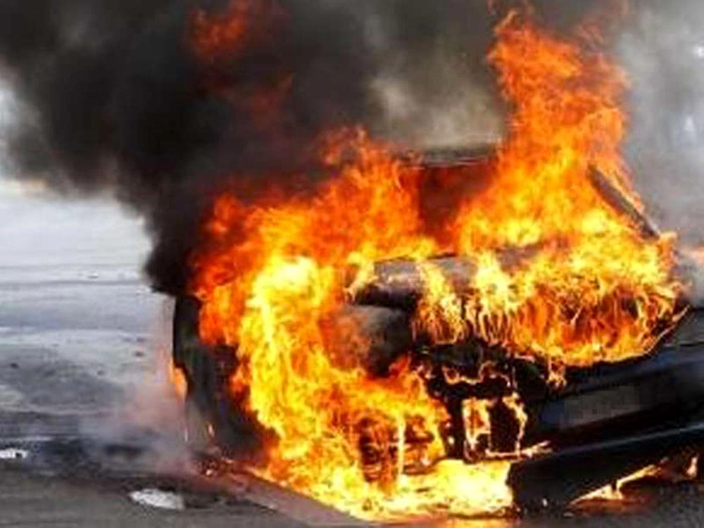 Auto in fiamme dopo un incidente. Guardia giurata salva giovane alla guida