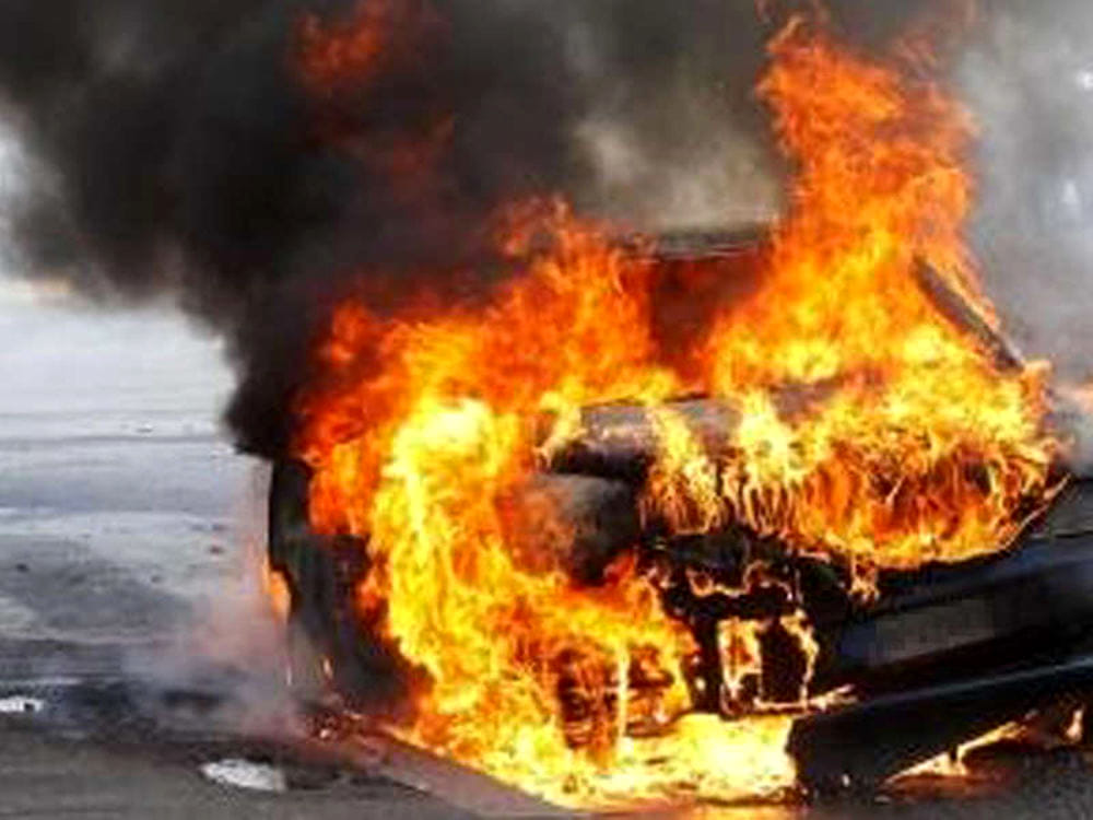 Scafati, auto in fiamme in pieno giorno. Paura tra i residenti