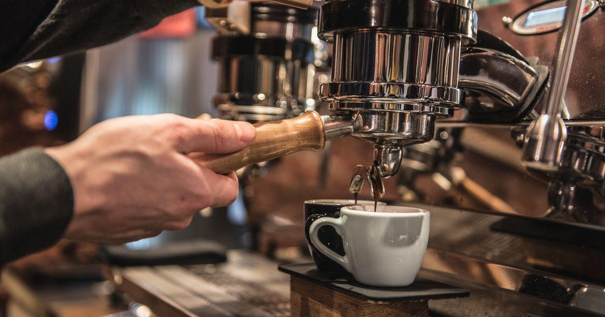 Sorseggiano caffè davanti ad un bar. Quasi 300 euro di multa per il proprietario