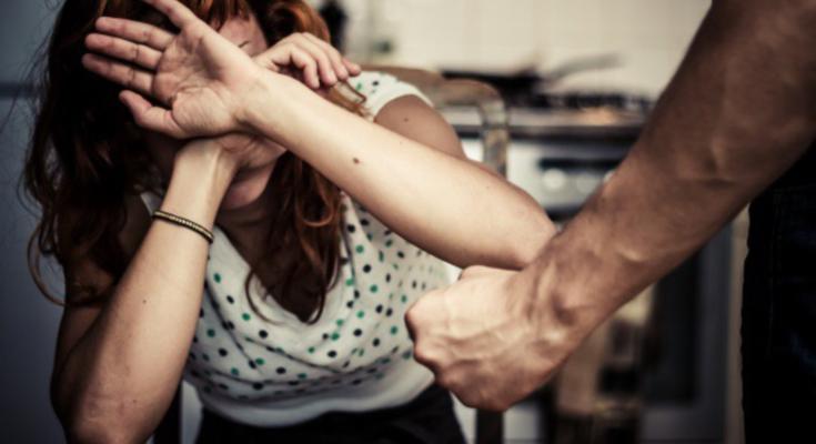 Madre e figlio picchiano l'amante del marito