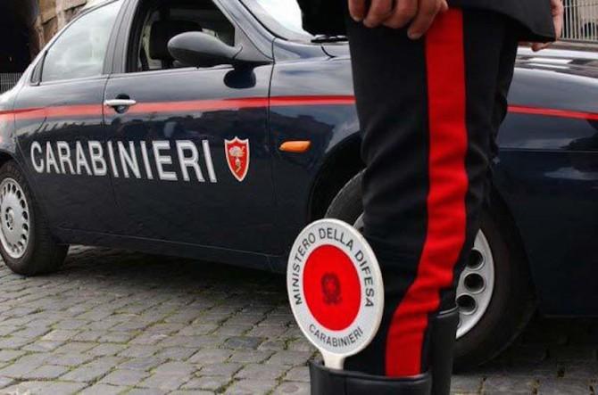 Extracomunitario lancia bottiglie contro i passanti in provincia di Salerno