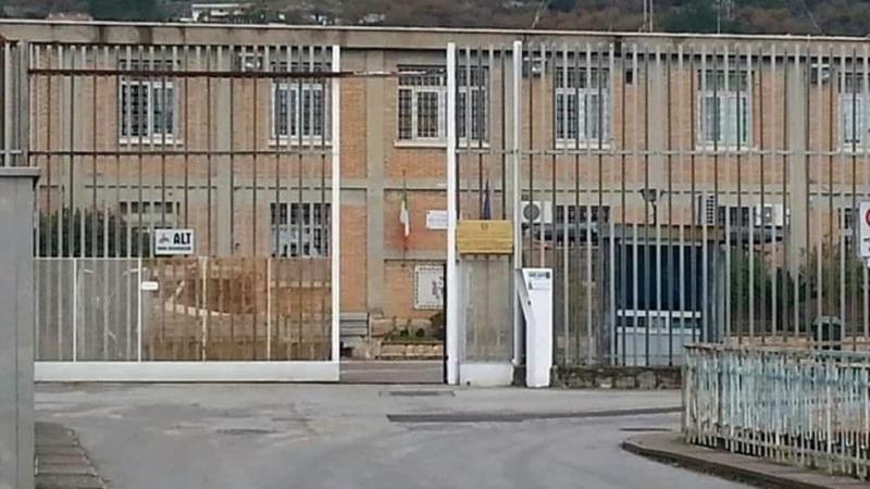 Droga e cellulari nel carcere di Salerno. Operazione della Polizia