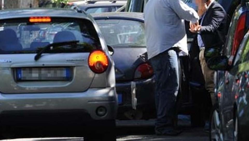 Parcheggiatore abusivo evade dagli arresti domiciliari. Beccato a passeggiare davanti alla caserma