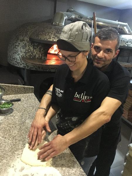 C'è chi la pizza la fa a quattro mani. Noi ci siamo superati, la facciamo con sei mani!