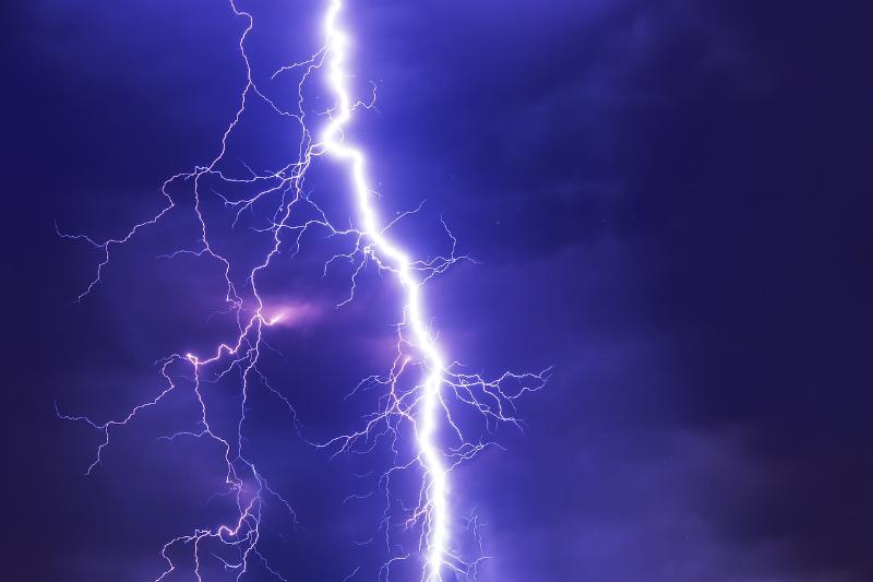 Maltempo in provincia: fulmine colpisce alcuni palazzi, paura tra i residenti