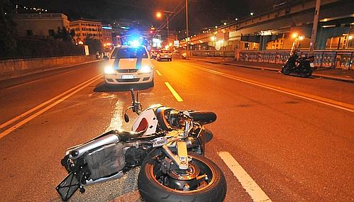 Si schianta con la moto contro un'auto in sosta. Morto 18enne