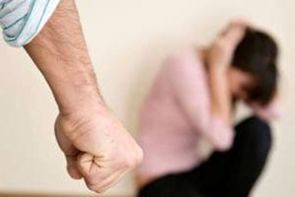 Moglie accoltella il marito ubriaco. Aveva preso a calci il cagnolino