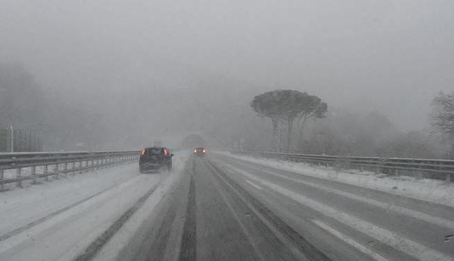 Gelo e neve sulla provincia di Salerno. Numerosi i disagi