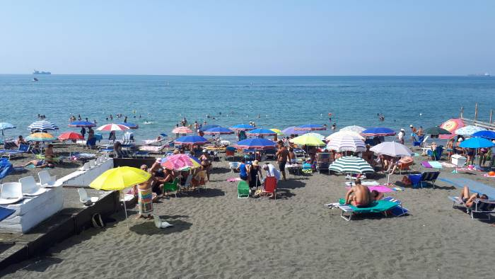 Salerno, rissa in spiaggia tra due donne per un uomo conteso