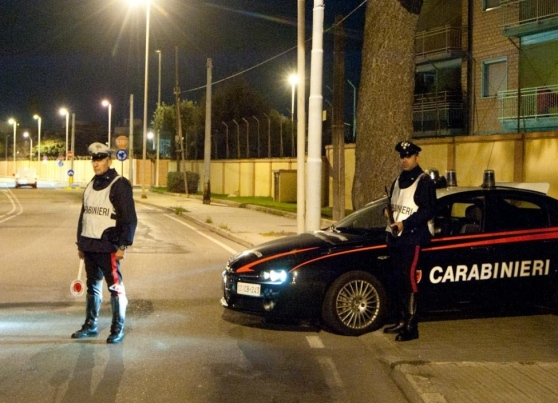 Aggredisce i carabinieri dopo essere stato fermato ad un posto di blocco