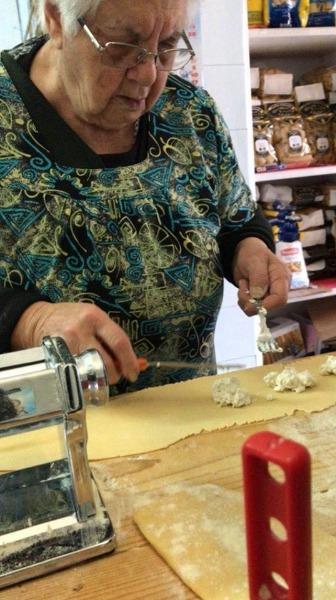 Preparazione di ravioli con ripieno di ricotta di bufala