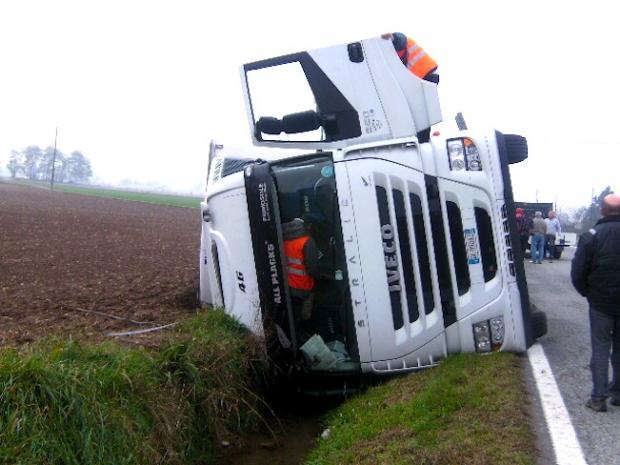 Camion si ribalta all'uscita Contursi Terme. Morto il conducente
