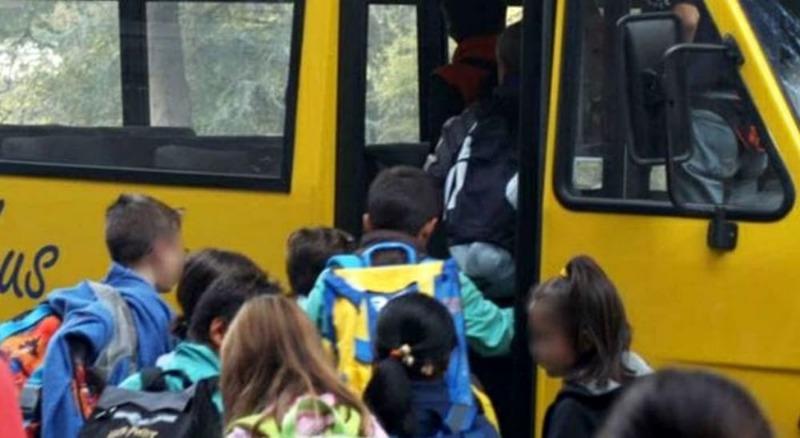 Incidente tra un'auto e lo scuolabus. Feriti tre bambini