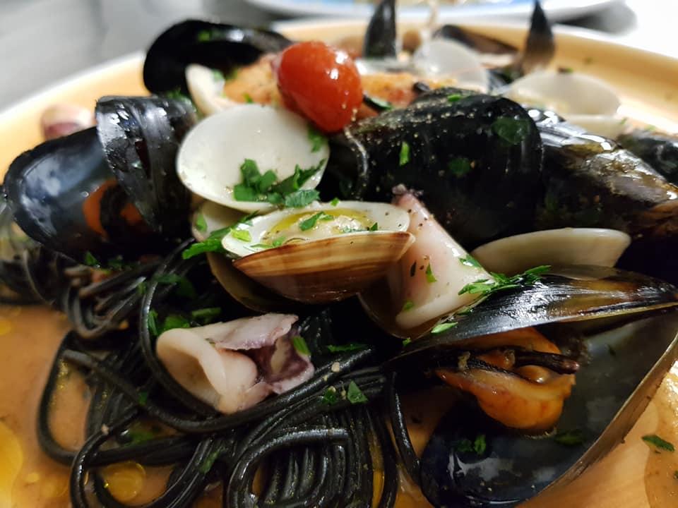 Spaghetti nero di seppie con frutti di mare