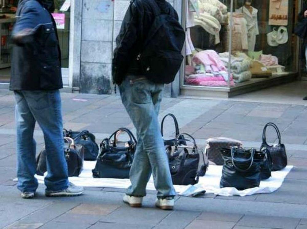 Blitz della polizia municipale a Salerno contro gli ambulanti abusivi
