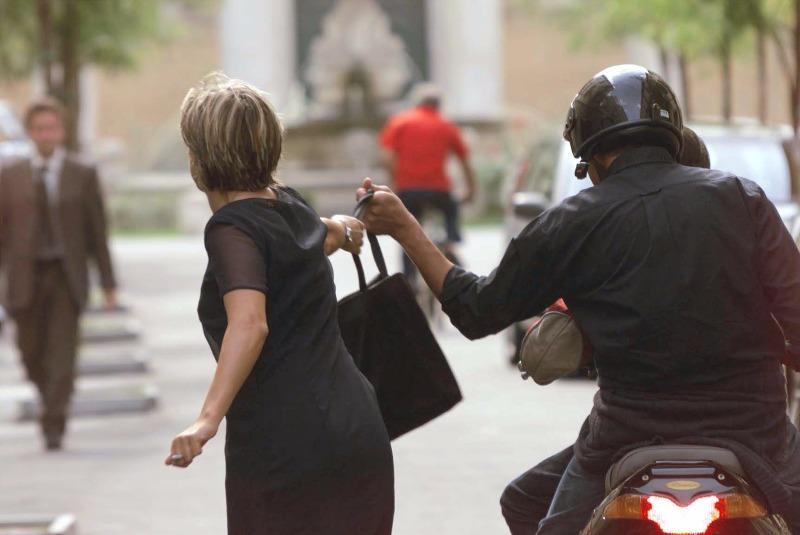 Salerno: scippata donna nella zona orientale