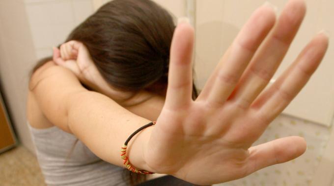 Ragazza 14enne violentata da un operatore in una casa famiglia