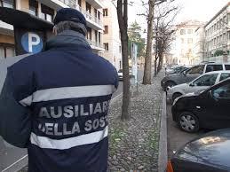 Ausiliari del traffico di Salerno trovano 350 euro per strada e li consegnano alla Polizia