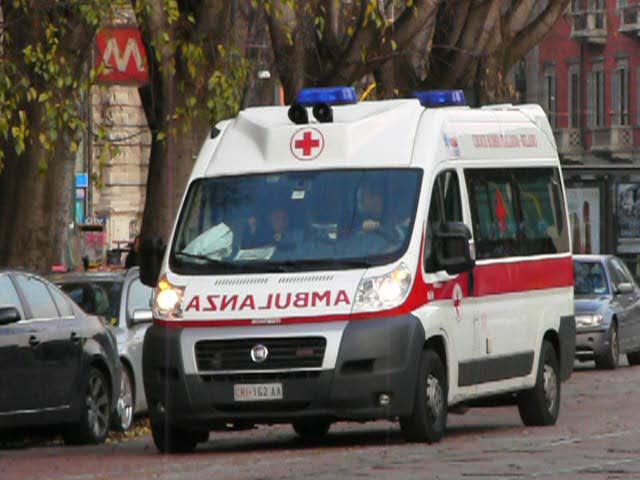 Salerno: scontro tra auto e scooter, finisce all'ospedale motociclista