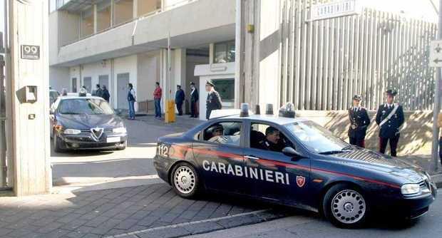 Scafati, donna entra in caserma e accoltella due carabinieri. Arrestata