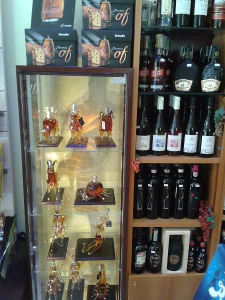 Assortimento Lindt e la fantastica vetrina della collezione 'I segni zodiacali' di grappe Bonollo