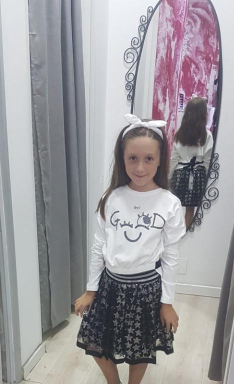 La nostra bellissima modella veste un completo Gaialuna