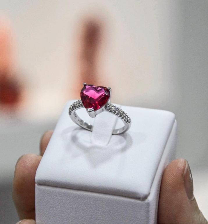 Anello in argento925 con zirconi bianchi incastonati e pietra rossa a forma di cuore