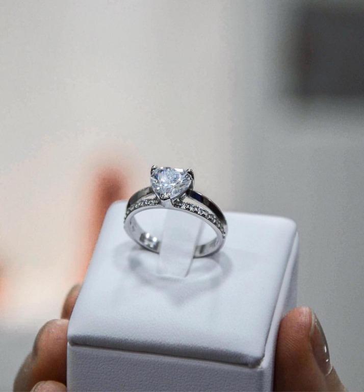 Anello a fascia in argento925 con zirconi incastonati e pietra bianca a forma di cuore
