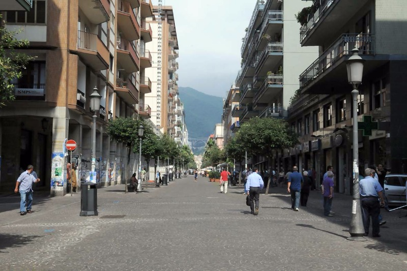 Sorpreso a rubare abbigliamento sul Corso di Salerno. Arrestato 39enne